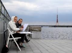 """Spīķeru mākslas plenērā jaunieši glezno """"Daugavas promenādi"""""""