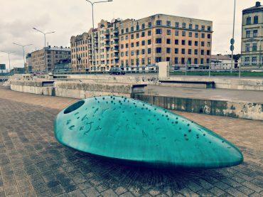 """Daugavas promenādi Spīķeros nu rotā nesen atklātā skulptūra """"Leste"""""""