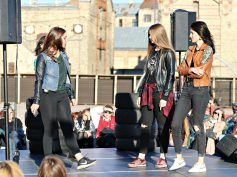 """FOTO: Jelgavas Jaunā teātra brīvdabas izrāde """"Pusaugušie"""""""