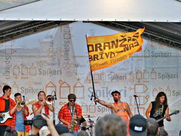 FOTO: Inokentijs Mārpls; Oranžās brīvdienas koncertē Spīķeros