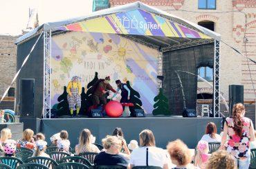 """Trešdien Spīķeros brīvdabas teātra izrāde bērniem """"Kā Sarkangalvīte ar Vilku spēlējās"""""""