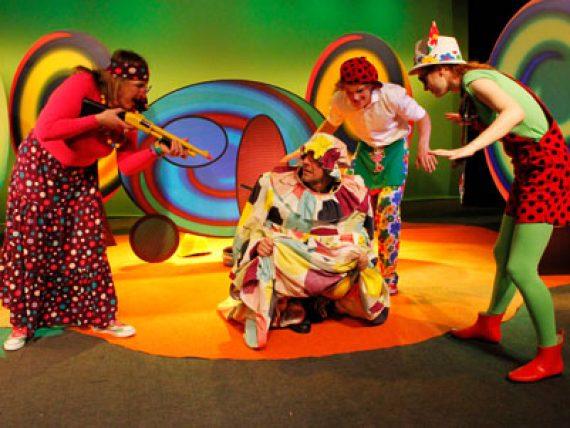 """Skolas gaitas uzsākot, brīvdabas teātra izrāde bērniem """"Kā Sarkangalvīte ar Vilku spēlējās"""""""