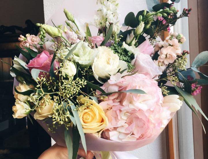 ziedu kompozīcijas ziedu sēta spīķeri