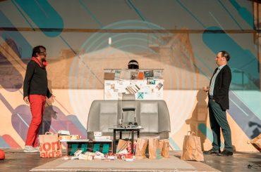 """FOTO: Spīķeros viesojas Teātris TT ar brīvdabas izrādi """"Par normālu čali"""""""