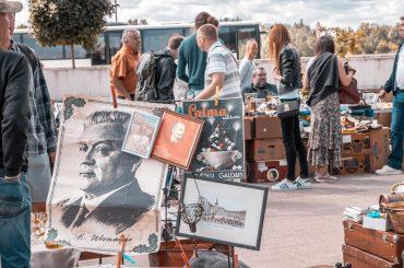 FOTO: Koši aizvadīts jūlija Rīgas krāmu tirdziņš Spīķeru kvartālā