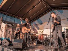 FOTO: Laime Pilnīga un Oranžās Brīvdienas brīvdabas koncertā Spīķeros