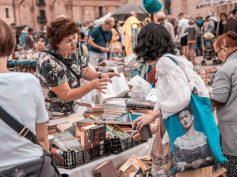 FOTO: В квартале Спикери ярко прошел Рижский блошиный рынок