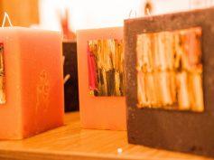 """Mākslinieces Ievas Bondares sveču kolekcija – RUDENS un ĀFRIKA – """"LATVIJAS SVECES"""" veikalā Spīķeros"""