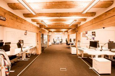 Atvērta tipa birojs ar stikla starpsienām