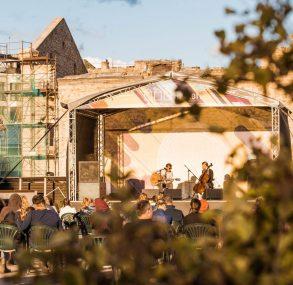 FOTO: Brīvdabas koncerts Spīķeros – Reinis Jaunais | Kārlis Kazāks & Undīne Balode