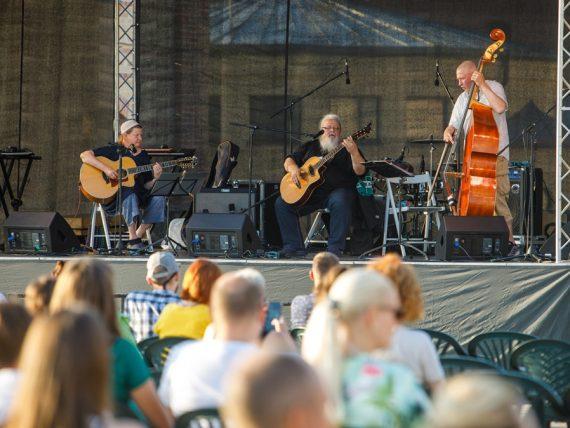 FOTO: Ar koncertsēriju MIERS atklāj Spīķeru brīvdabas pasākumu sezonu
